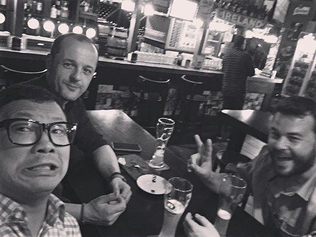 彼らは #ゲームオブスローンズ について熱く話してるけど、僕は全くわかりません!(笑)Hablando de #juegodetronos y yo ni puta idea