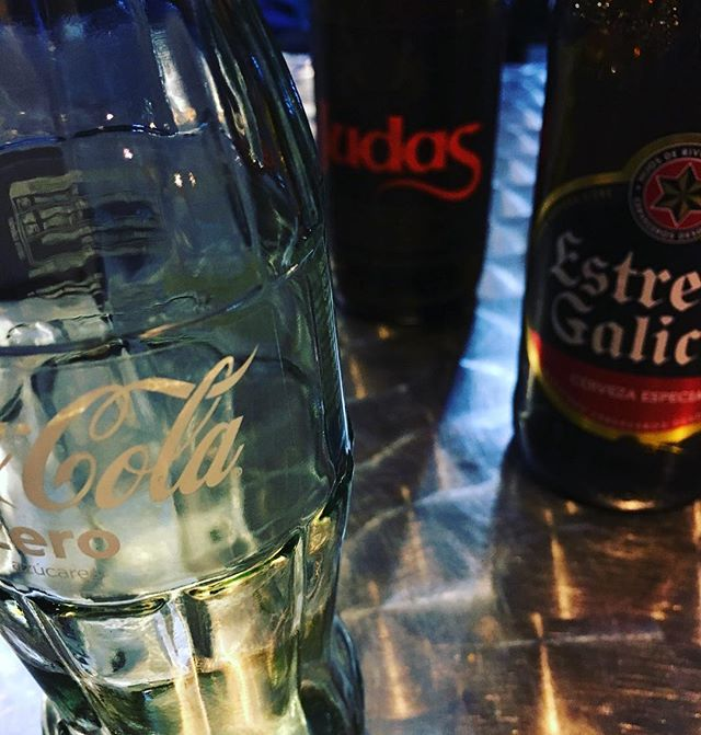 友達たちは #ビール 飲んでるけど、自分は #コカコーラゼロ 。 #アルコール は明日までお預け。 #cocacolazero #estrellagalicia #judas